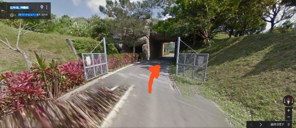 フェンスの門とトンネルが見えたら正解